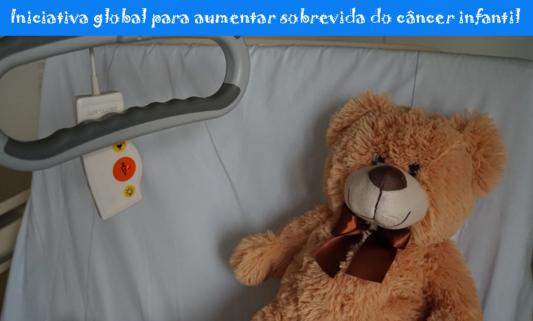 Foto de um ursinho de pelúcia deitado em uma cama de hospital